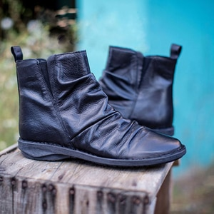 Women Ankle Boots Autumn Fashion British Style PU Leather Shoes Pleated Zipper Short Boots Women High Quality Flats Martin Shoes
