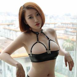 Sexy Frauen PU Glänzenden Kurzen Latex Halfter Tube Top 4-SCHNALLE Verstellbaren Gürtel Halb Nackte Brust Gothic Erotische Dessous