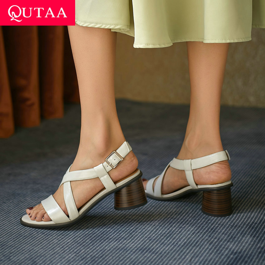QUTAA 2021 جلد طبيعي الأساسية أحذية نسائية موضة سميكة عالية الكعب مشبك الصنادل المفتوحة تو الصيف النساء مضخات كبيرة الحجم 34-42