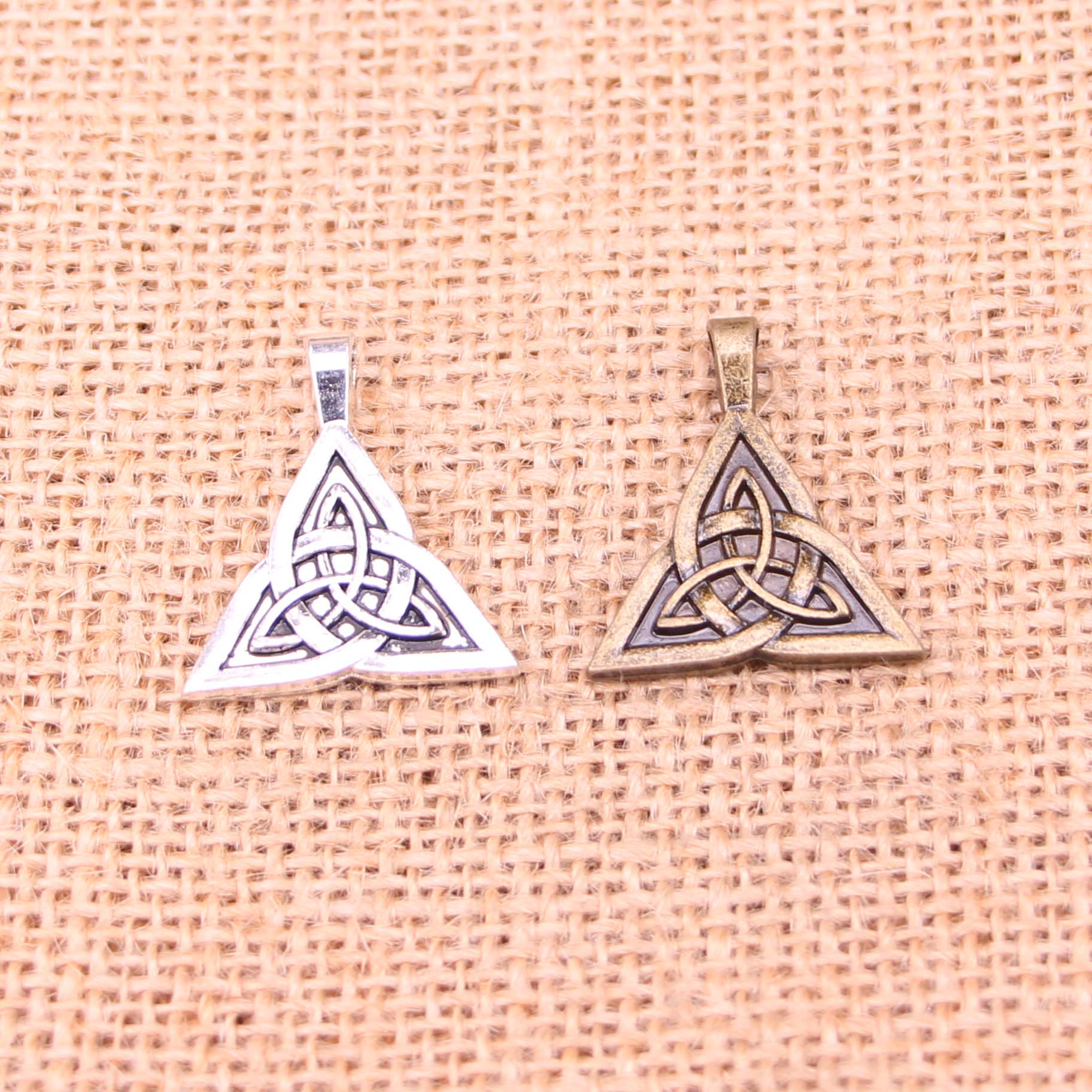 7 Uds nudo celta abalorios tibetanos de plata colgantes plateados para fabricación de joyería DIY hecho a mano 28*24mm