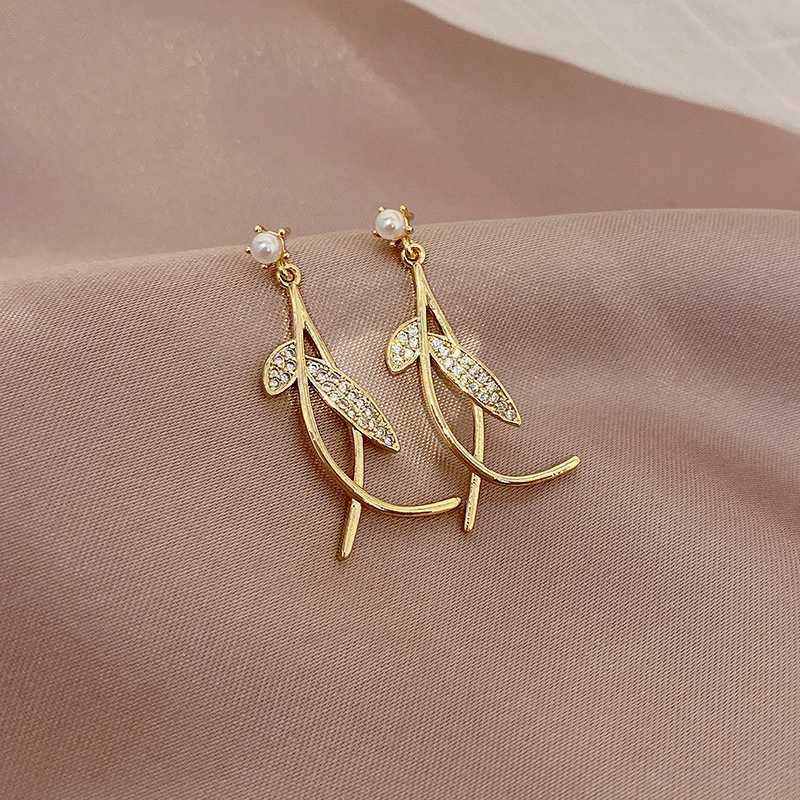 Pendientes de perlas con forma de cruz de hoja simple de estilo coreano, pendientes elegantes y exquisitos de moda sencillos para mujer, pendientes de tendencia para prevenir alergias