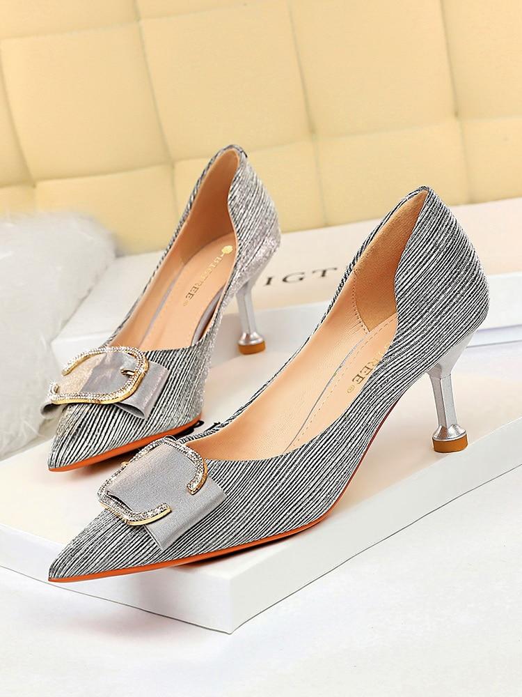 حذاء نسائي بكعب عالٍ ، حذاء معدني مثير بفتحات ، فم ضحل ، مدبب ، بإبزيم للحزام
