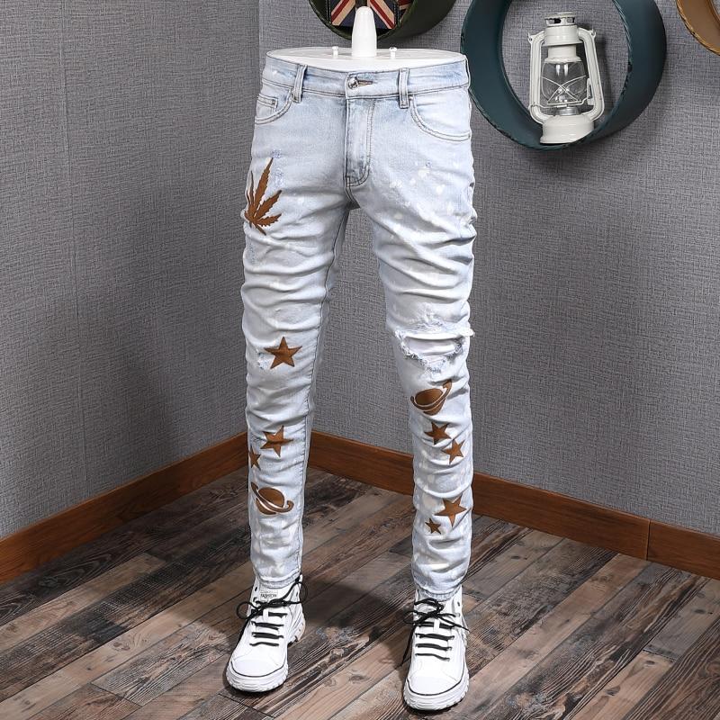 جينز أزرق فاتح للرجال على الطراز الأمريكي ، بنطلون جينز ممزق مرن ، بانك ، مطرز ، مصمم الهيب هوب