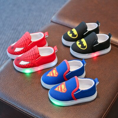 Nuevos zapatos LED para niños Superman Spiderman Batman, zapatos para niñas y niños, zapatos de moda con dibujos animados LED, zapatillas infantiles para primeros pasos