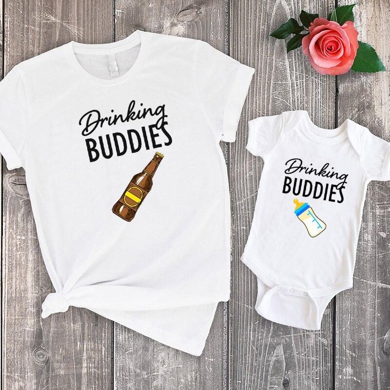 Camiseta de Drinking Buddies, camiseta a juego para padre e hijo, ropa para niña bebé, moda 2020 de algodón, trajes a juego, aspecto familiar