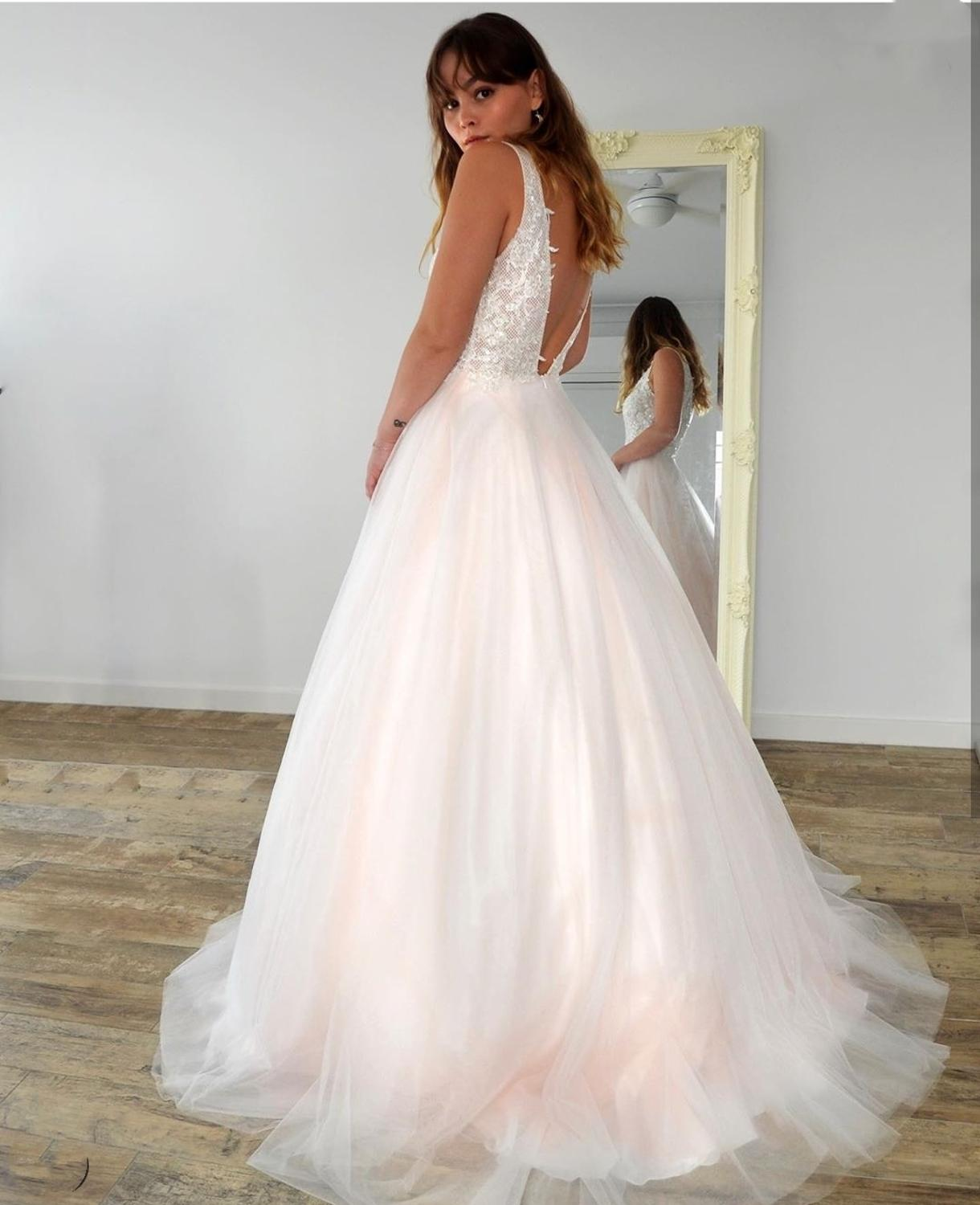 2021 Wedding Dresses Deep V-Neck A-Line Lace Appliques Tank Backless Charming Sweep Train Floor Length  Bridal Gowns Custom Made