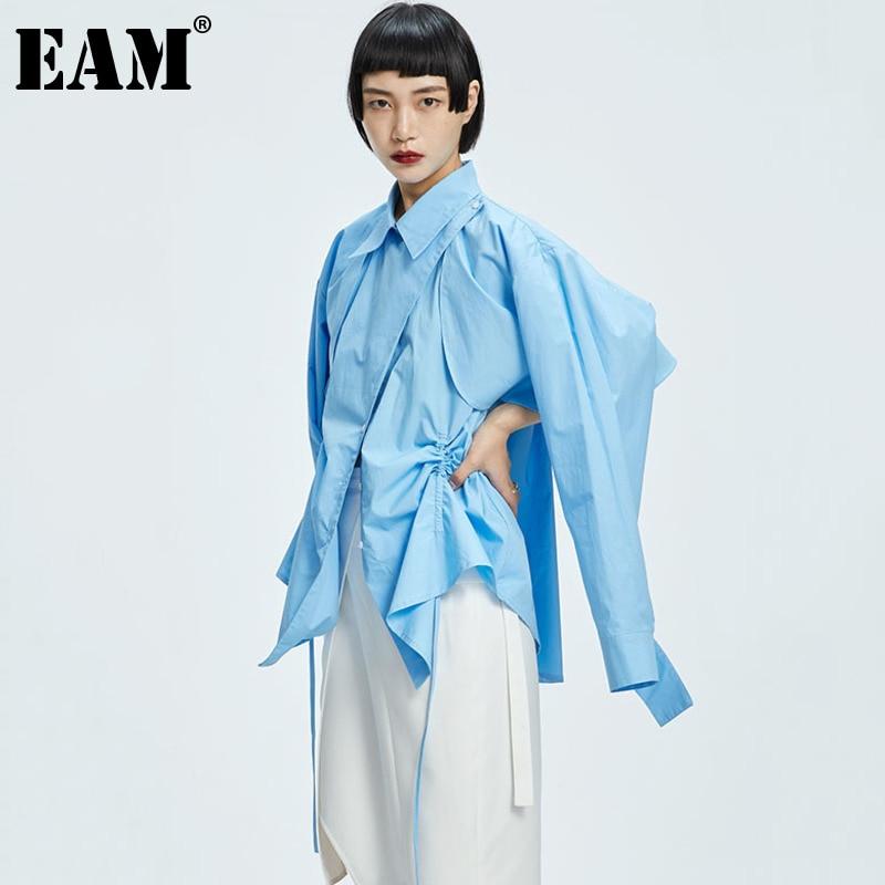 [EAM] بلوزة نسائية زرقاء مقاس كبير مع حزام غير منتظمة جديدة بطية صدر وأكمام طويلة فضفاضة تناسب القميص موضة المد لربيع خريف 2021 1DD7304