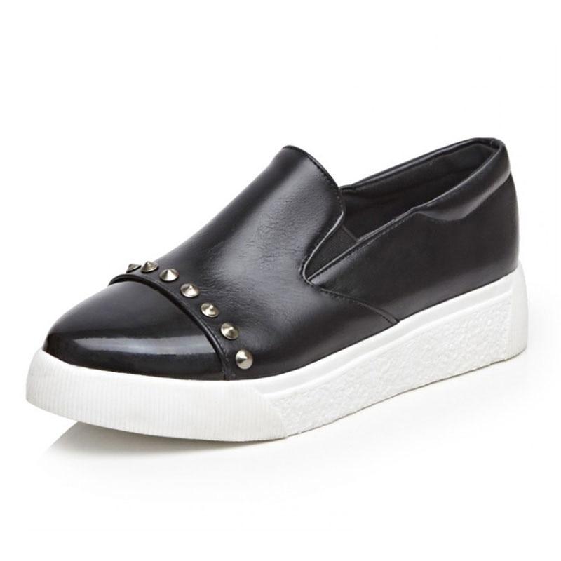 Zapatos de plataforma deslizantes mocasines de mujer primavera otoño Casual zapatos de mujer puntiagudos remaches Sapatos Femininos talla grande 42 43 XKD5001