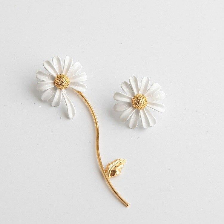 FFLACELL 2020 primavera nuevo elfo blanco gota glaseado asimétrico Margarita pequeña borla flor pendientes de tuerca para las mujeres