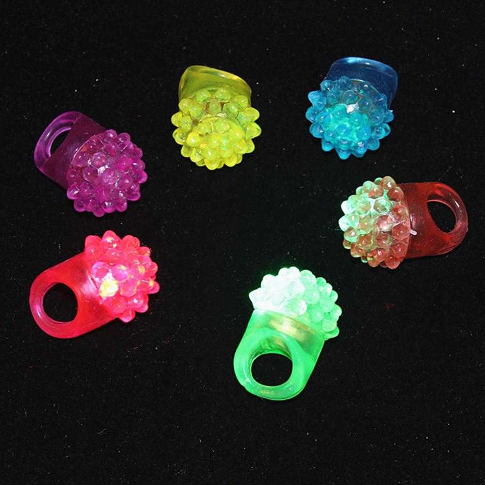 10 шт в форме клубники кольца из мягкого силикона с мигающий светодиодный Желе ухабистой кольца светильники на палец (разные цвета)