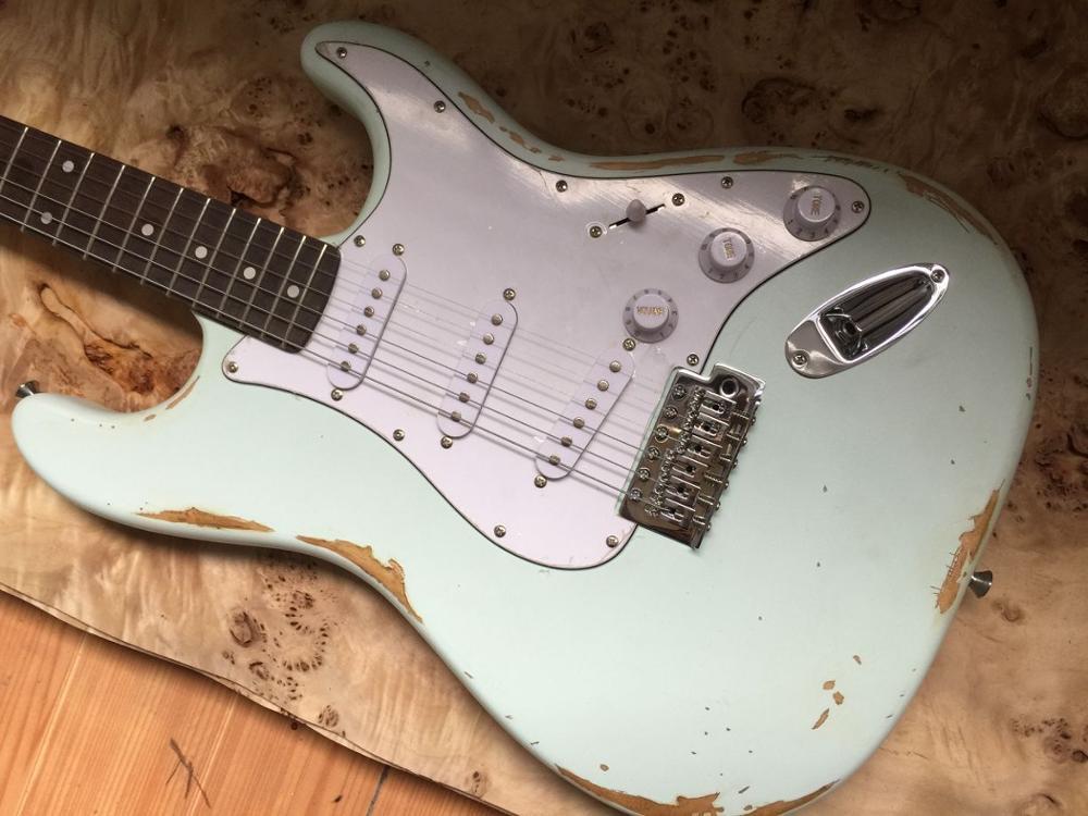 ¿En stock Guitarra eléctrica de reliquias antiguas? El día se desvanece para...