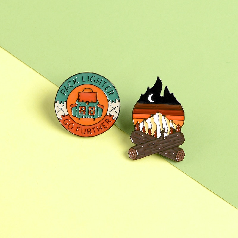 Viaje Camping Bonfire Pins moda Carton esmalte Pins turismo broches bolsa de insignias ropa solapa Pins joyería regalos para amigos