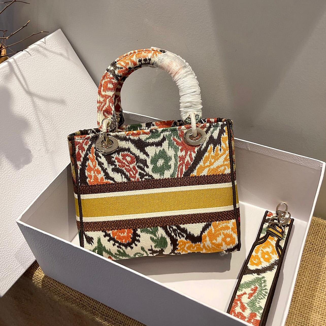 2021 حقيبة ساعي يد نسائية بنمط مطرز ، تصميم فريد ، عناصر شرقية ، ضرورية للبنات العصرية