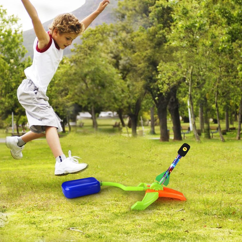 Los niños lanzan juguetes de cohete para lanzar cohete saltar juguetes de cohete potencia aérea cohete niños juguetes deportivos para el aire libre
