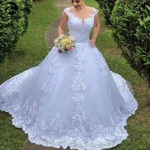 Hot 2020 New White Vintage Sheer Back Ball Gown Wedding Dresses Cap Sleeve Lace Appliques Court Train Tulle Bridal Wedding Dress