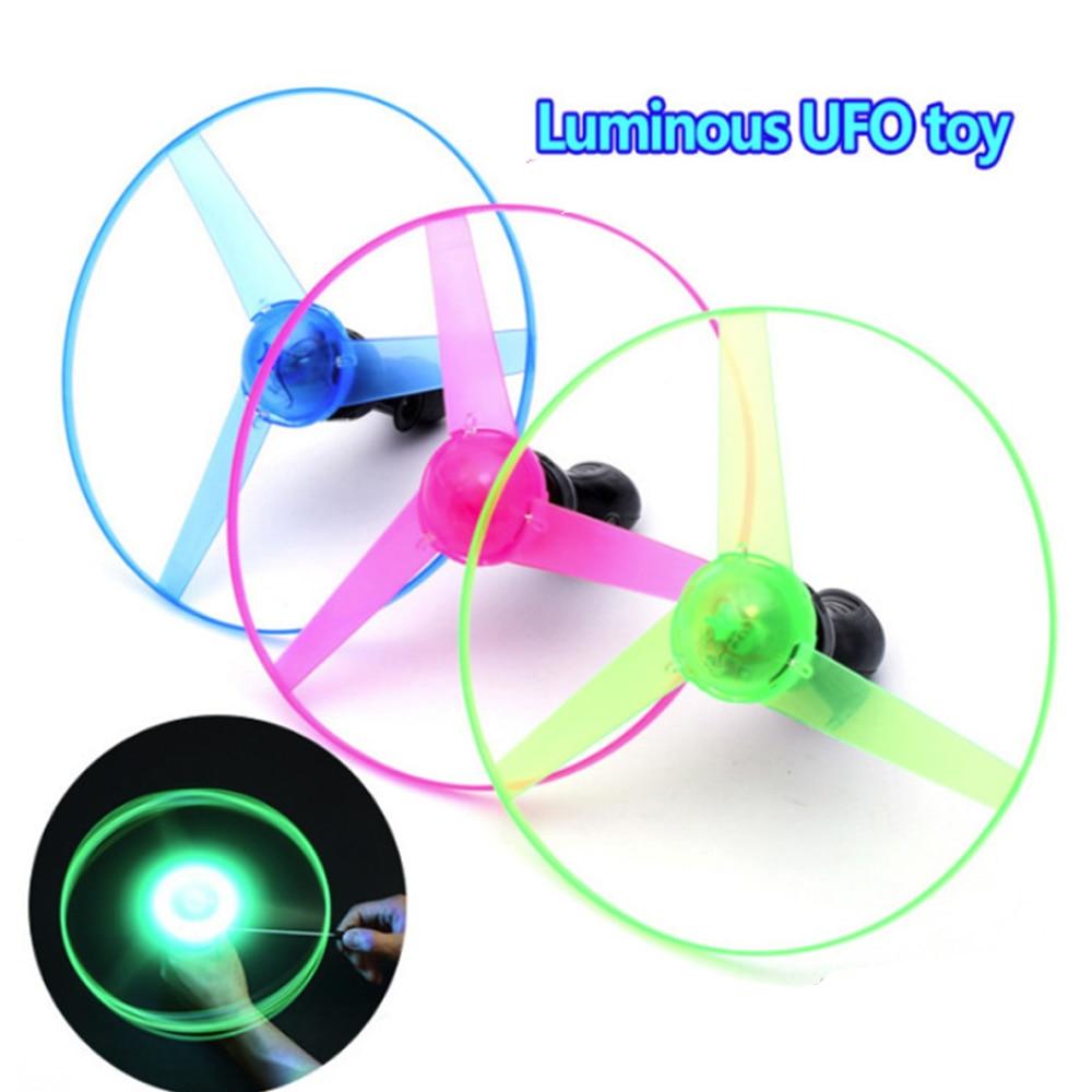 Colorido plástico volador luminoso que se queda al azar cable DIY Fans manejar Flash luz LED UFO volante giratorio regalo al aire libre para niños divertido