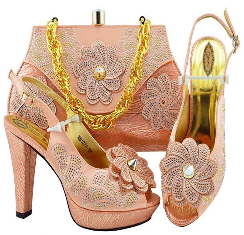 أحذية وحقائب سهرة ذات لون خوخي ، مجموعة مطابقة عصرية ، كعب عالي ، أحذية وحقائب إيطالية