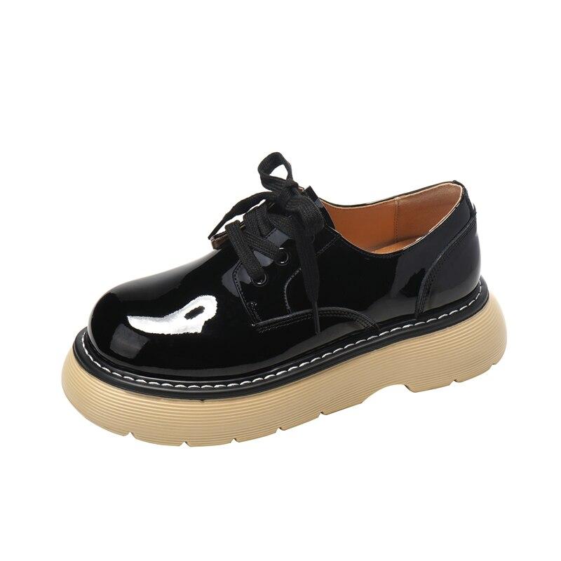 021 أحذية الربيع الخريف أحذية منصة النساء الرجعية براءات الاختراع والجلود الفتيات اليومية حذاء بدون كعب أحذية سميكة القاع القدم رئيس مستديرة