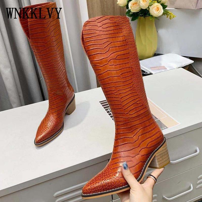 2021 الخريف أحذية جلد التمساح نمط أشار تو موضة ميد كعب طويل حذاء برقبة للركبة مارتن الأحذية فارس الأحذية السيدات