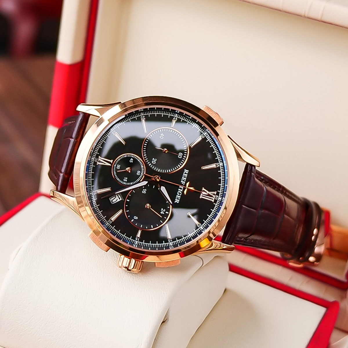 2021 Reef Tiger/RT Luxury Men Casual Watch Black Dial Gold Mens Watch Chronograph Quartz Leather Str