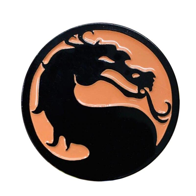 """¡Usa el pin del Logo de Mortal Kombat a tu lado para que el mundo sepa que eres un fanático!"""