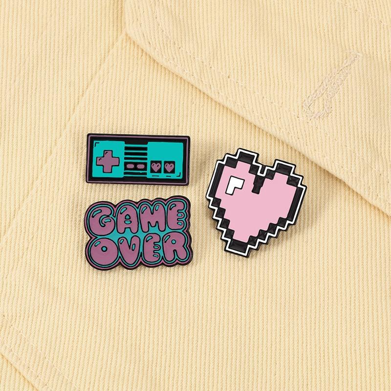 Game Machine Roze Hart Broches Game Over Retro Cartoon Emaille Pins Custom Leuke Vintage Sieraden Voor Meisjes Revers Rugzak Badges