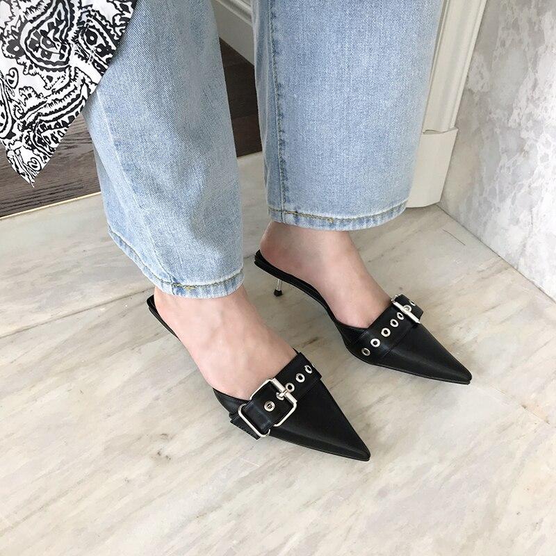 Moda Zapatillas de Punta puntiaguda remache mulas zapatos de alta calidad Delgado tacones bajos zapatillas hebilla cinturón diseño negro blanco zapatos de mujer