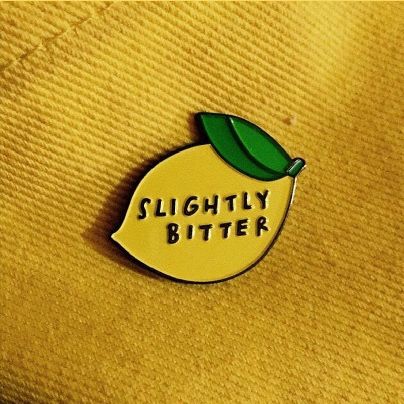 Pin de esmalte de limón ligeramente amargo insignia de dibujos animados Pin de fruta divertido Botón de mezclilla
