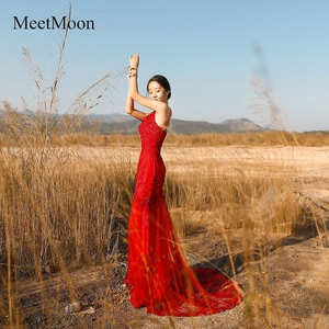MeetMoon Graceful Handmade Spaghetti Straps V-neck Mermaid Red Carpet Evening Dress Lace Appliques Chapel Train Pageant Gown