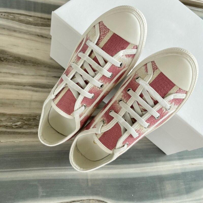 المرأة تطريز أنيق أحذية رياضية مسطحة العلامة التجارية الفاخرة قماش حذاء كاجوال السيدات مصمم الدانتيل يصل جلد الغنم بطانة أحذية رياضية