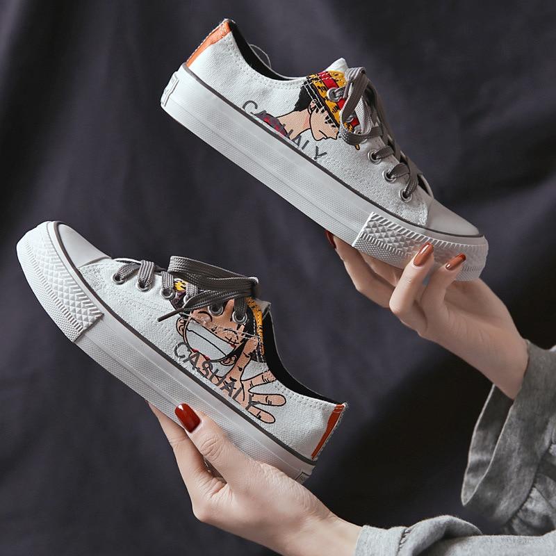 حذاء قماش منخفض القطع من قطعة واحدة للنساء بطباعة كرتونية كوسبلاي حذاء أسود مسامي حذاء رياضي على الطراز الكوري عصري للطلاب