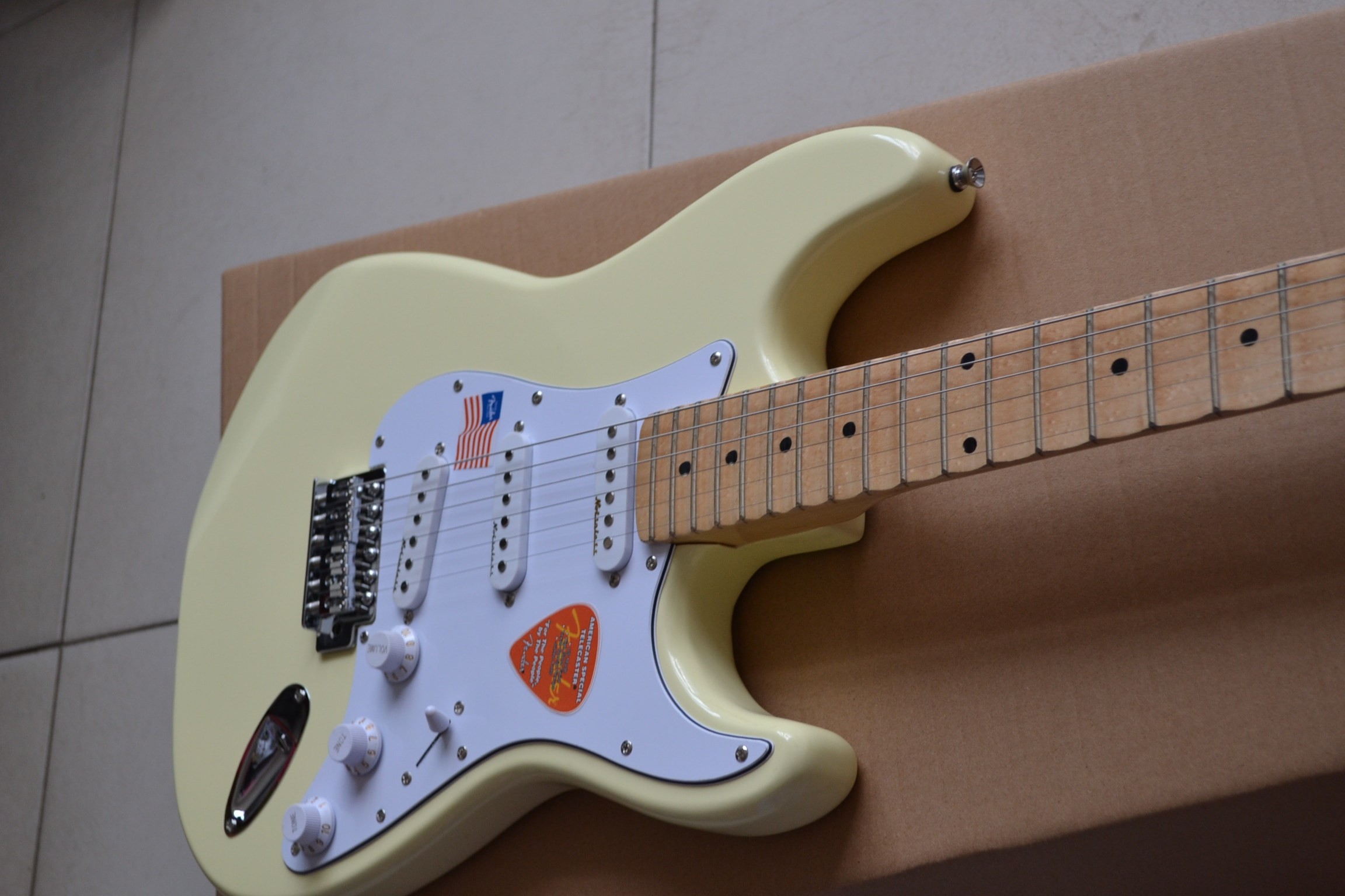 Classic style spot, signature six-string electric guitar, 22 pieces of grooved maple fingerboard, cream, chrome hardware, free s enlarge