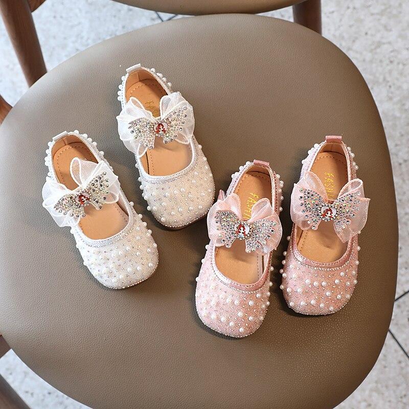 Элегантные милые блестящие кожаные туфли для маленьких девочек вечерние НКИ и свадьбы блестящие туфли с жемчужинами и бантом детские туфли... туфли блестящие с цветочком темно синий