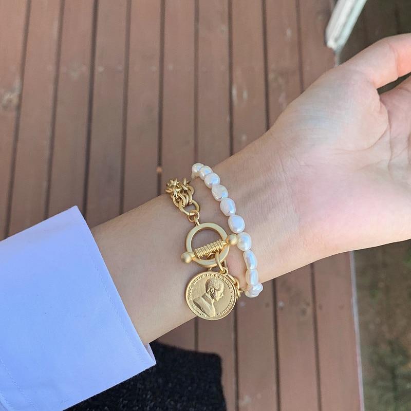 HUANZHI, pulsera hecha a mano de barroca dorada, moneda martillada, pulsera de perlas naturales de agua dulce, cierre de palanca, pulseras de retrato para mujer
