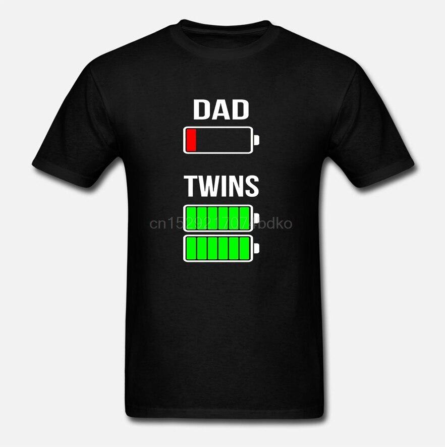 Camiseta divertida del regalo de carga completa de los gemelos de batería baja del papá de los hombres