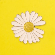 Schöne Blume Abzeichen Daisy Abzeichen auf Rucksack Emaille Pins Kleidung Brosche Revers Pin Abzeichen für Kleidung Schmuck Geschenk Zubehör