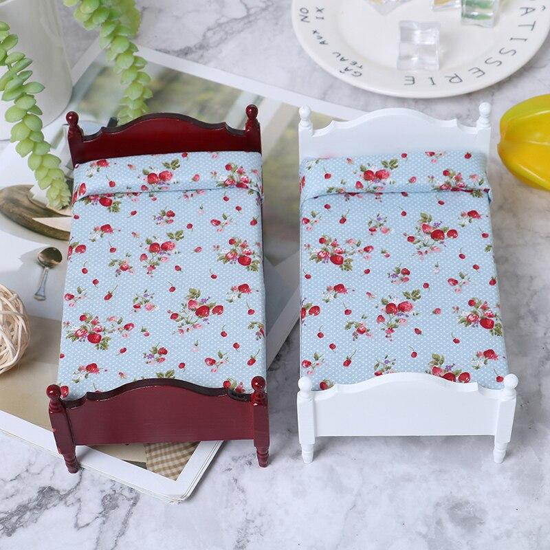 1/12 Mini lit simple en bois avec matelas et oreiller floraux maison de poupée Miniature scènes de vie ornement semblant jouer jouet nouveauté