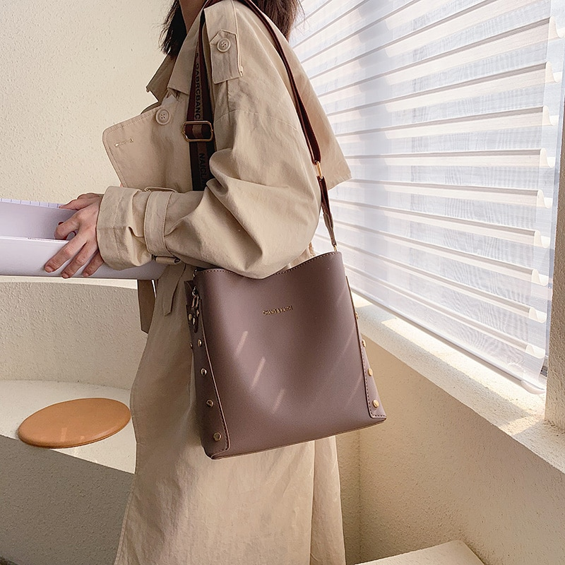 Bolso de cubo con remaches a la moda para mujer, bandoleras de correa ancha de diseñador, bolso cruzado de piel sintética de lujo, bolso grande, bolso compuesto