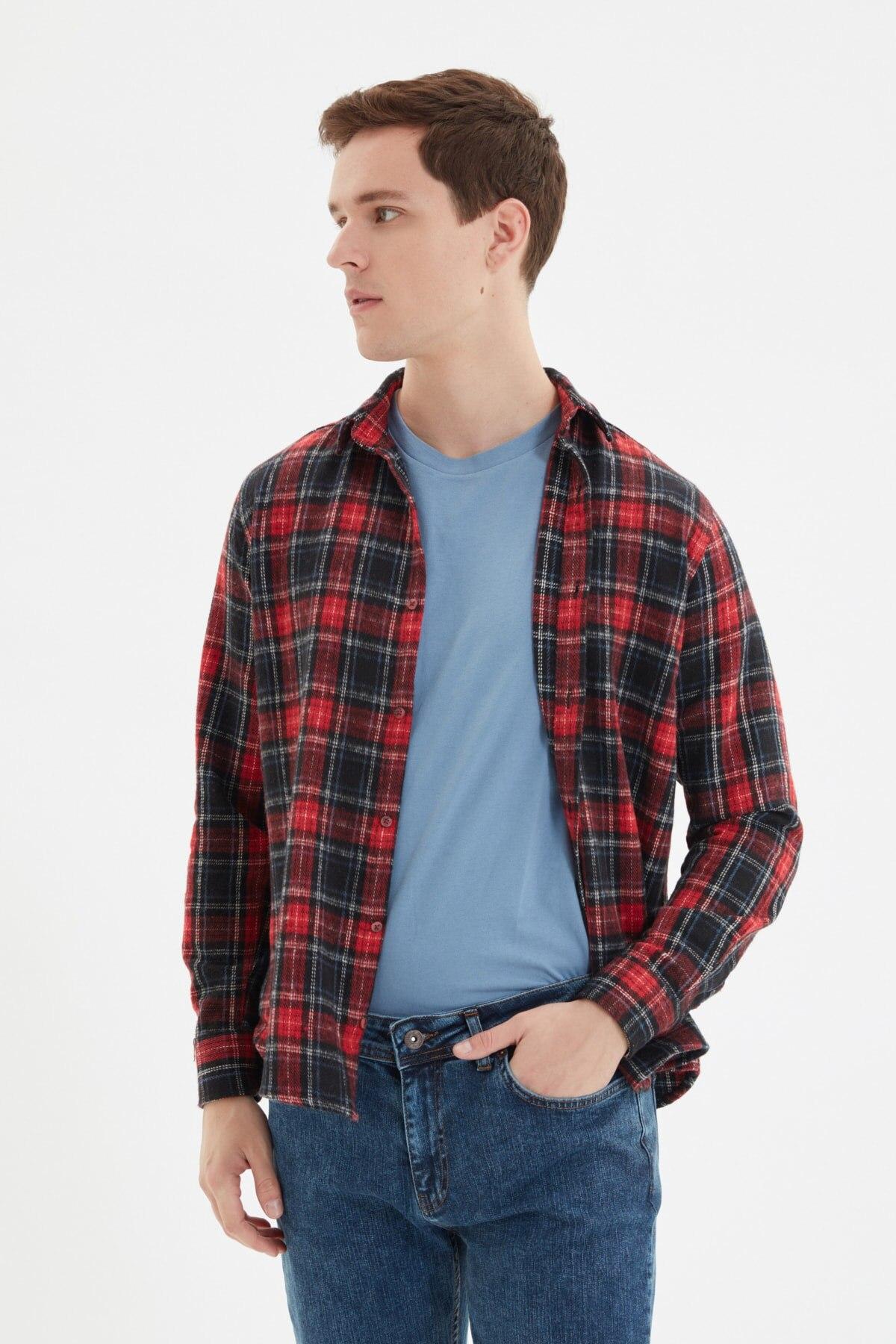 قميص تي شيرت ضيق للرجال من ترينديول بأكمام طويلة مع ياقة على شكل مربعات طراز TMNAW22GO0428