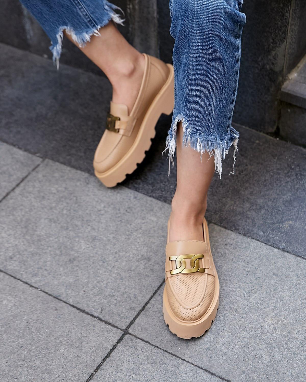 حذاء نسائي كاجوال جديد 2021 أفضل اتجاهات الصيف موضة نمط الإناث عارية سلسلة مفصلة متعطل الخريف الشتاء الكلاسيكية