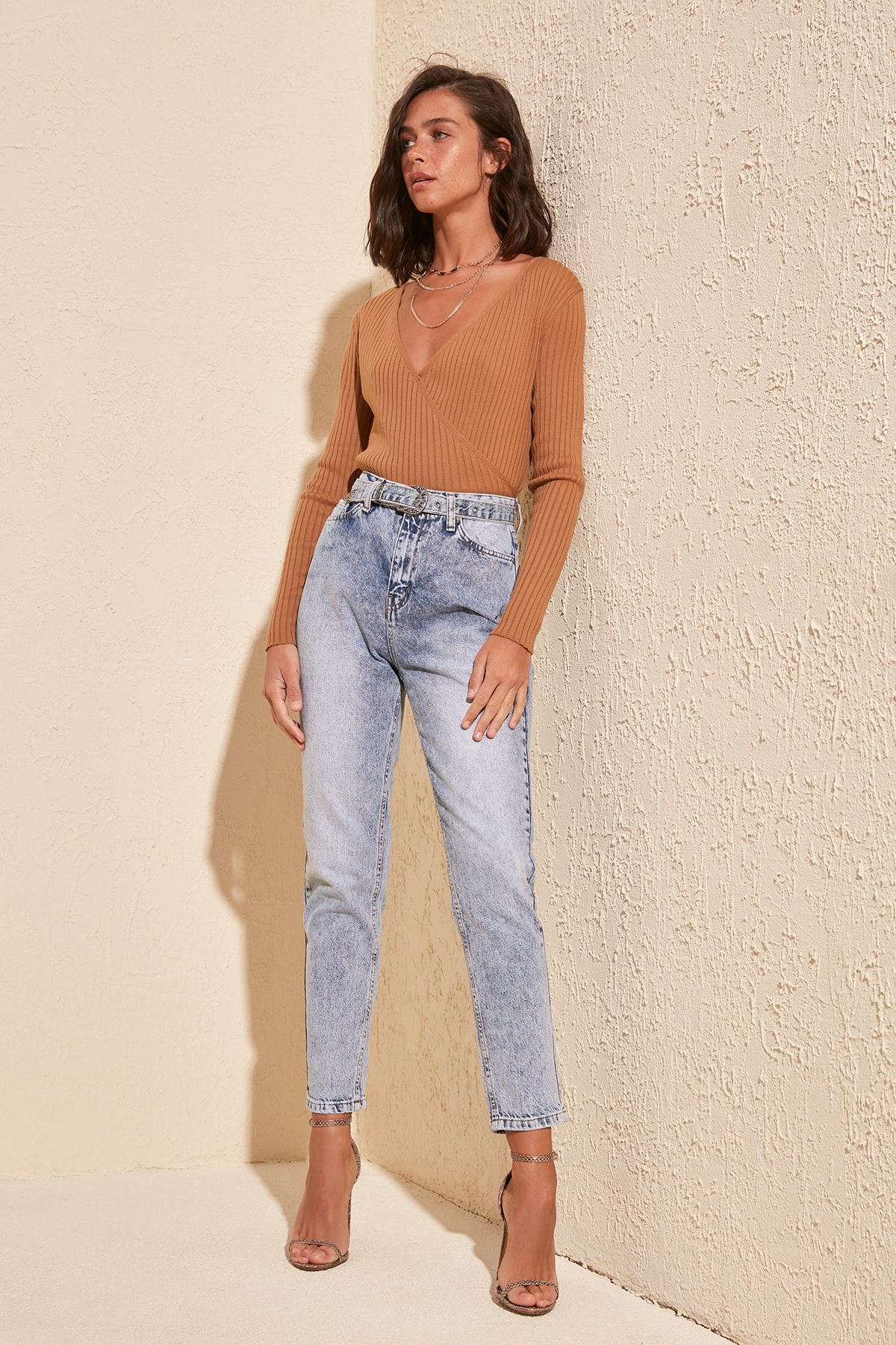 Trendyol a color y detalle de cinturón de Bel mamá Jeans TWOSS20JE0220