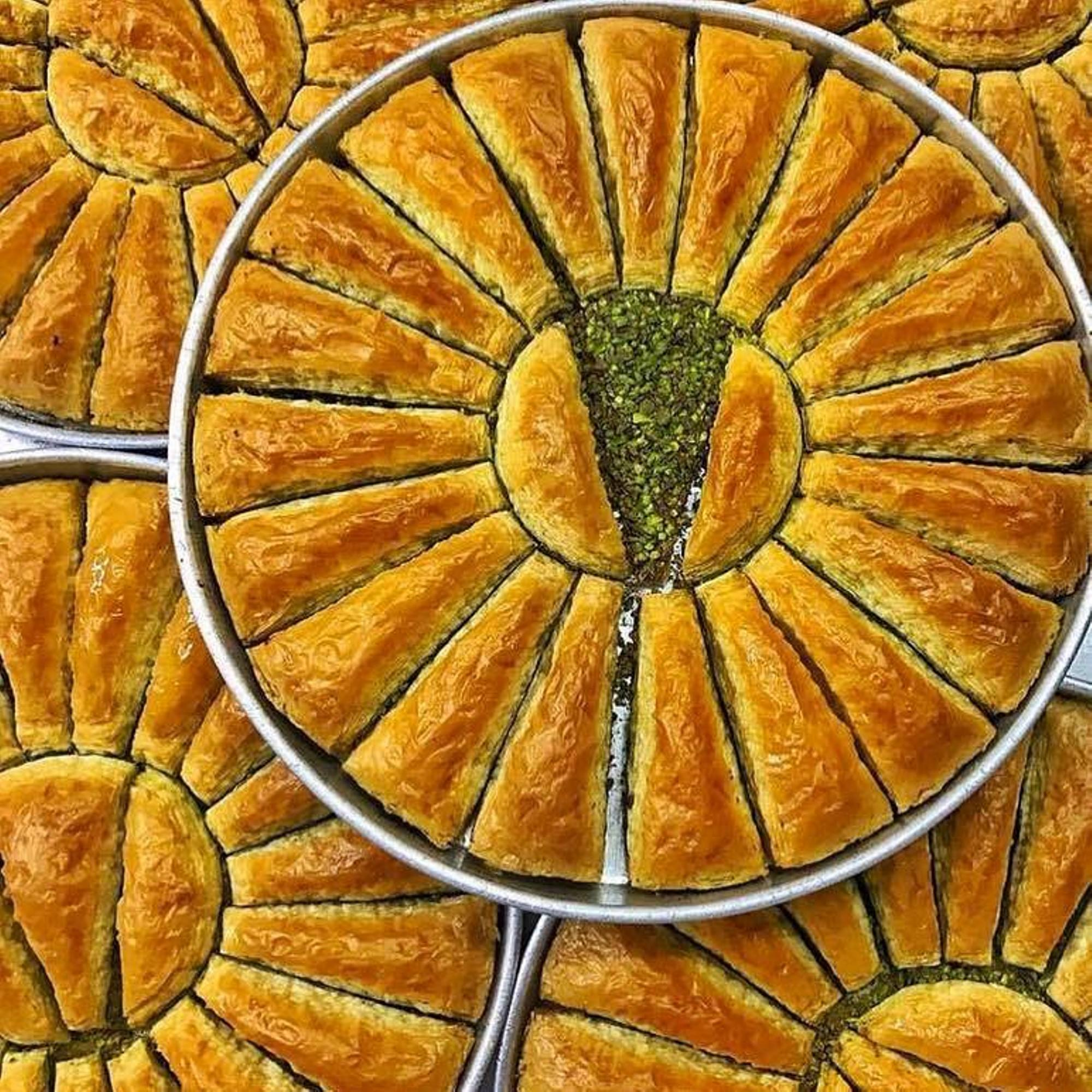 التقليدية الطازجة لذيذ التركية الجزرة شريحة البقلاوة مع الفستق الحلوى العلامة التجارية الشهيرة التركية البقلاوة