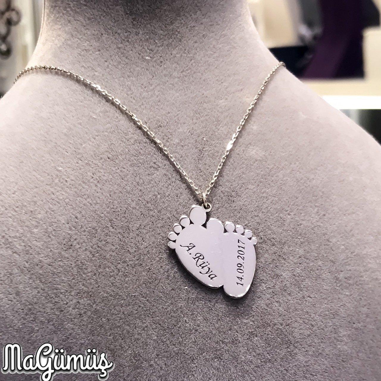 Collar de plata con diseño de huella de bebé de primer paso