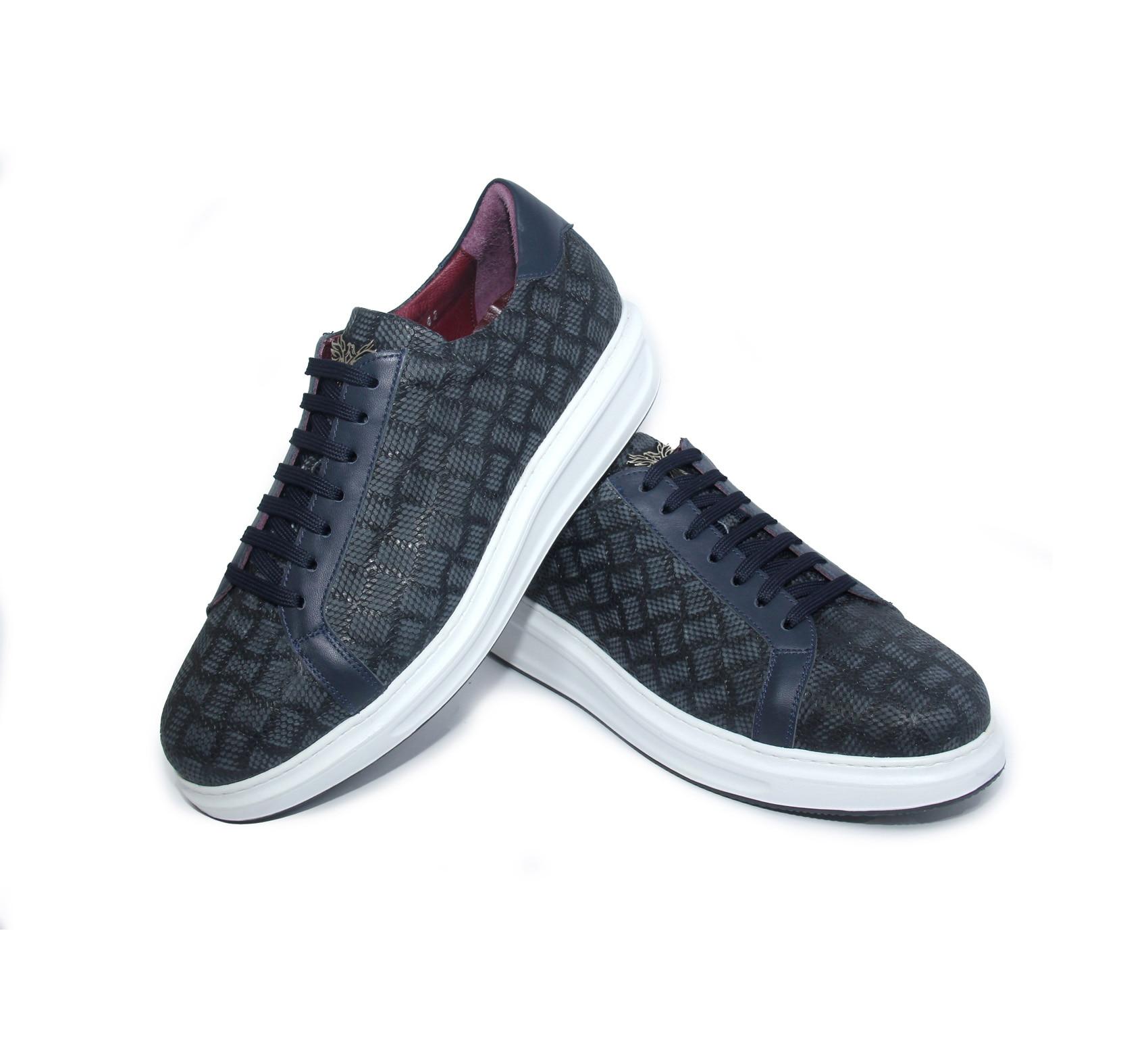 أحذية رياضية مصنوعة يدويا الأزرق الداكن مع جلد العجل الطبيعي ، منقوشة ماتي تنقش جلد الليزر ، أحذية رجالية خفيفة الوزن عادية