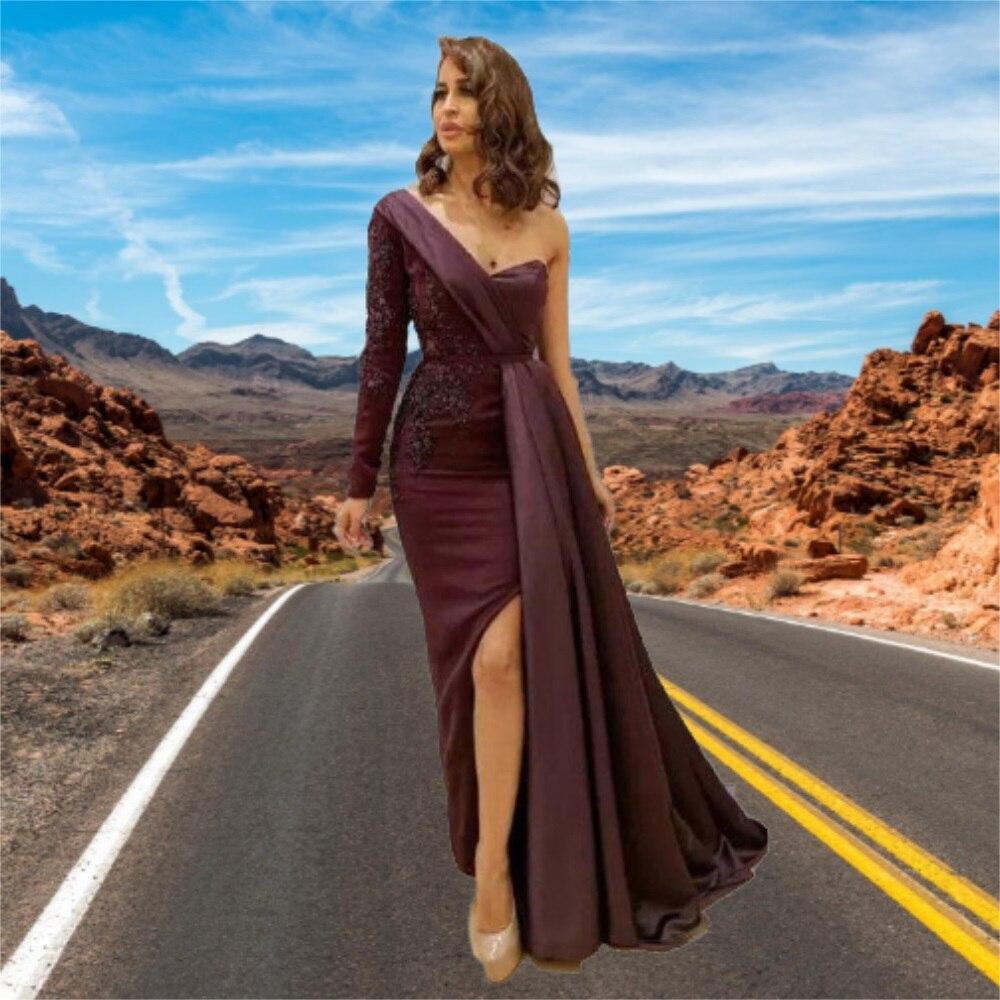 فستان سهرة أنيق بكتف واحد من الساتان أحدث تصميم فستان رسمي بشق جانبي مصنوع يدويًا
