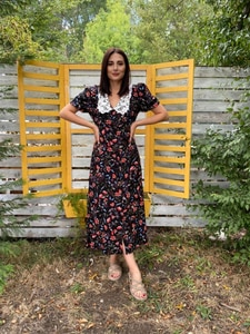 Yakası Dantel Detaylı Çiçek Desenli Düğmeli Viskon Elbise