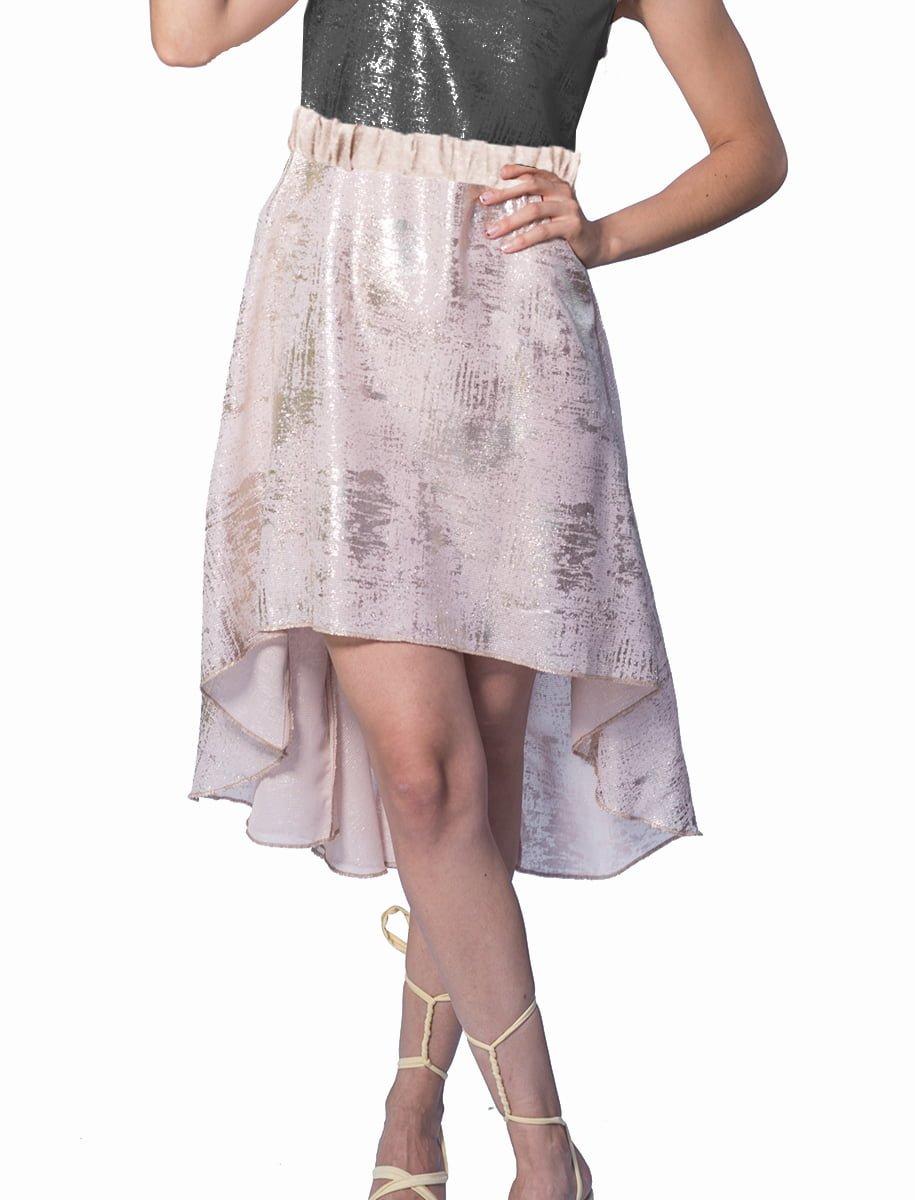 Falda asimetrica dorada. Falda en tejido de color dorado purpurina, con elastico en cintura, es mas larga por la espalda.