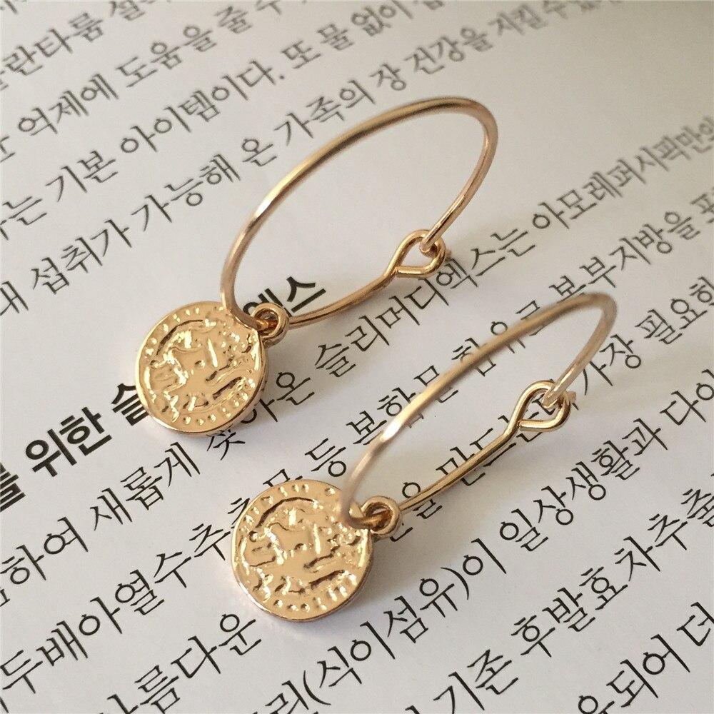 Nova moda bonito pingente de argola brincos ouro cor 18mm hoop com pequena textura moeda pingente brincos para a menina moda