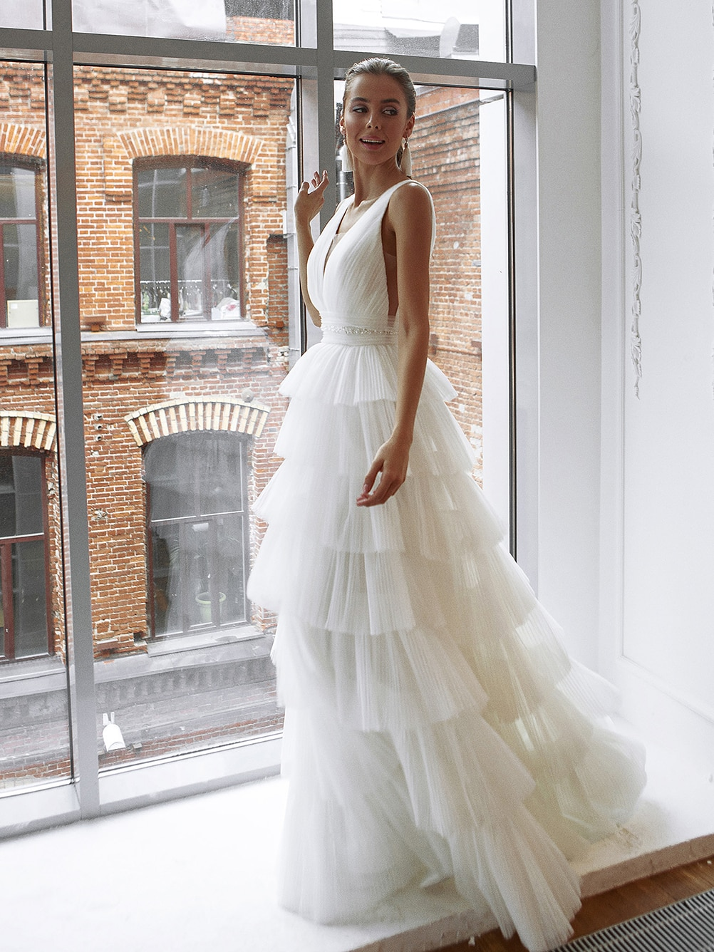 Tiered Pleated Tulle Princess Wedding Dress V Neck Ruched Waist Sleevelss Low Cut Back Beading 2021 Long Bride Gown Custom Made