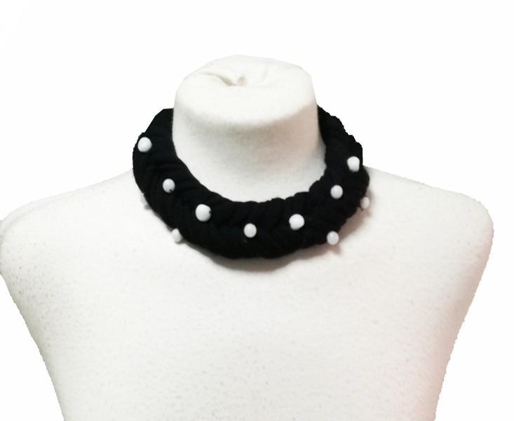 Naszyjnik dwa kolory. Lizbony. Wyprodukowana w czarna tkanina naszyjnik elastyczny, z ozdobnymi perłami, se mete wykonane dobry nagłówek, naszyjnik zestaw.